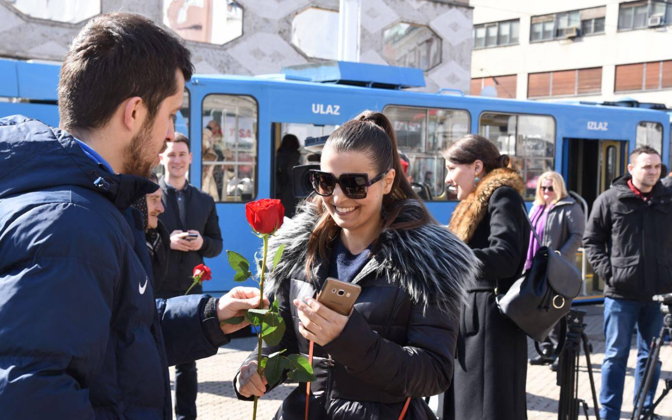 Plavi su kavaliri: Igrači Futsal Dinama ženama dijelili ruže...