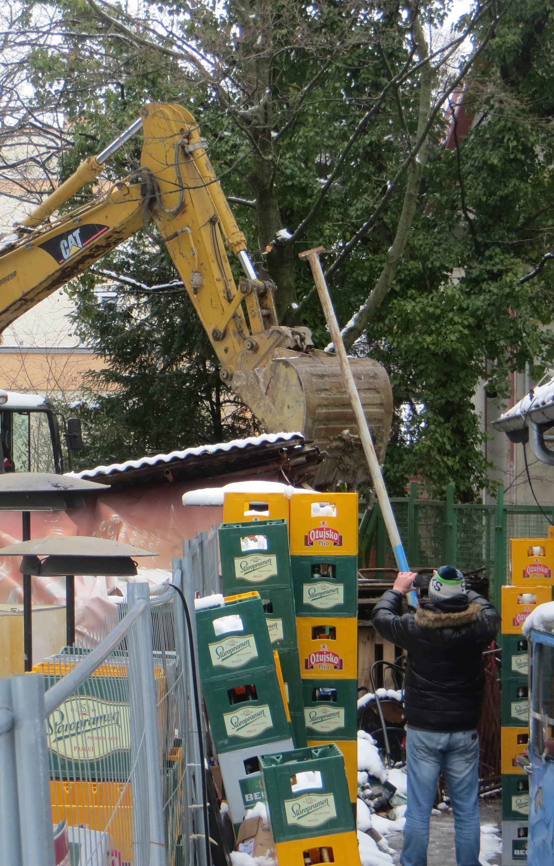 Doveli i zaštitare: Grad srušio binu na terasi kultne 'Jabuke'