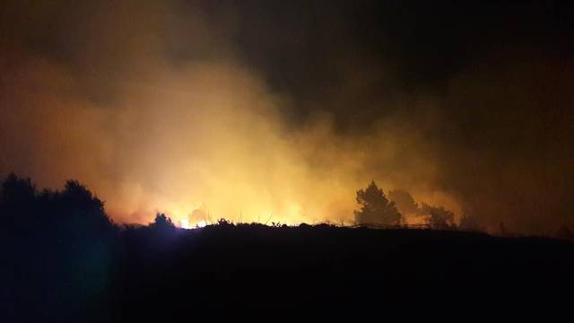 Gori jug Hvara, bura otežava vatrogascima gašenje vatre