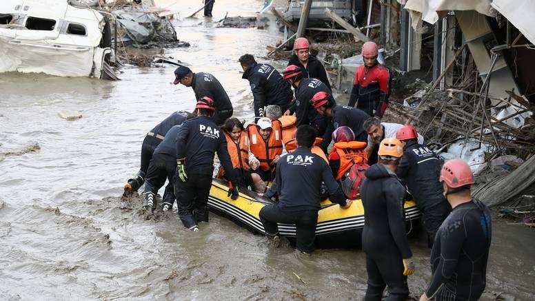 U poplavama u Turskoj poginulo 27, evakuirano 1700 ljudi: Ljude su spašavali s krovova kuća...
