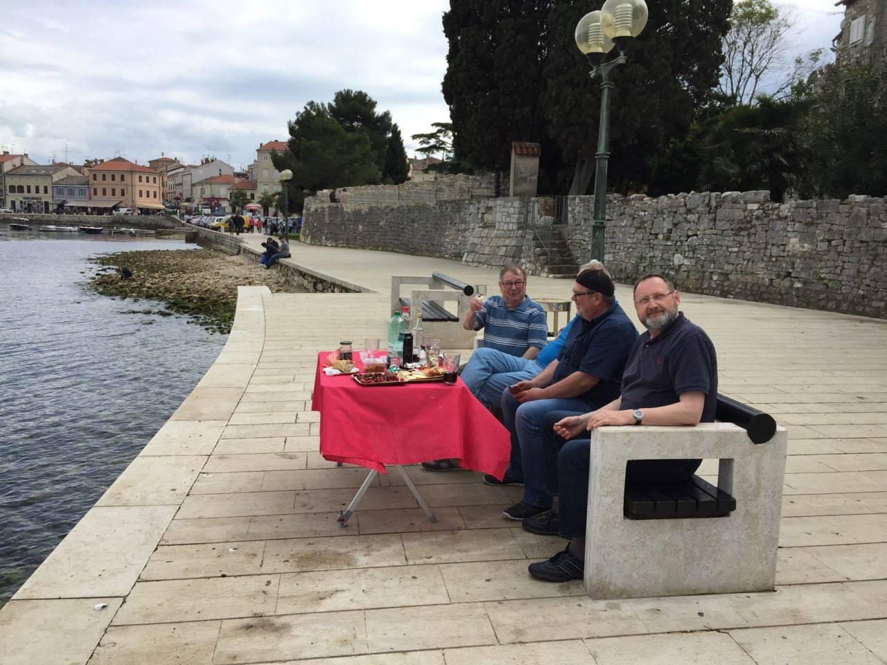 Iznijeli si stol i nareske: Turisti u Poreču jeli na šetnici uz more