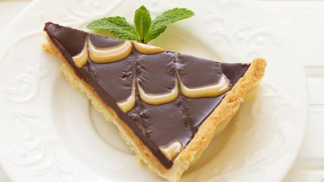 Čokoladni tart sa slojem kreme od kikirikija i mrvicom meda