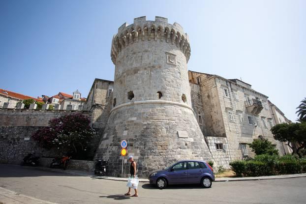 Grad Korčula pravi je mali biser i za razgledavanje i za kupanje