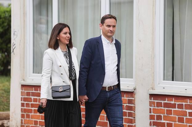 Zadar: Kandidat za gradonačelnika Marko Vučetić u pratnji supruge glasovao na lokalnim izborima