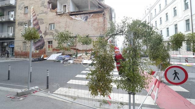 Zagreb: Grančice imele i lutka Djeda mraza ukrašavaju ogradu oko kuće stradale u potresu
