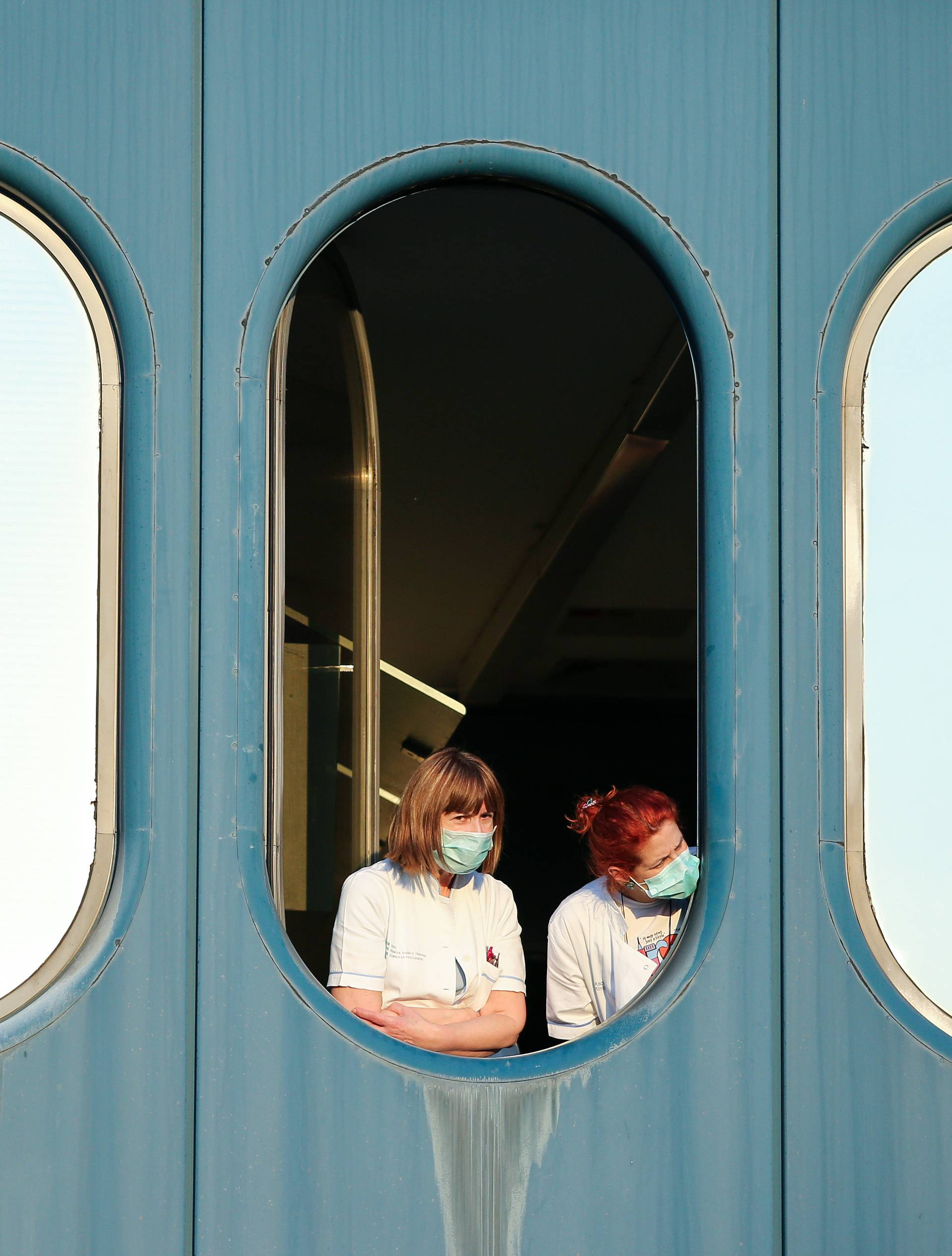 Zagreb: Medicinsko osoblje KB Dubrava s zaštitinim maskama na licu prate iseljavanje bolnice
