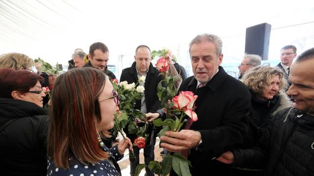 Zagreb: Gradonačelnik Milan Bandić dijelio ruže povodom Valentinova