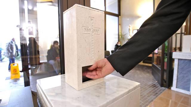 Sveta voda na senzor oduševila vjernike u zagrebačkoj crkvi