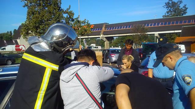 Beba pomogla vatrogascima da je izvuku iz zaključanog auta