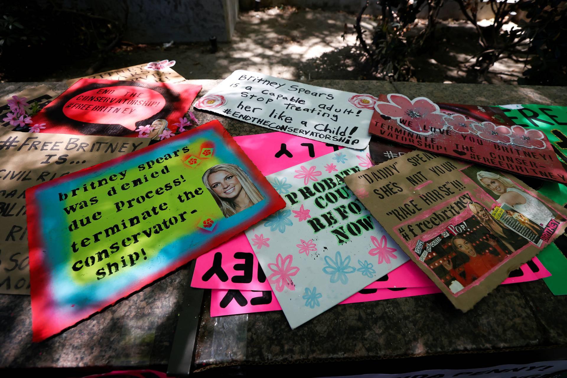 Stotine fanova došlo je podržati pop zvijezdu ispred suda u Los Angelesu: 'Pravda za Britney'