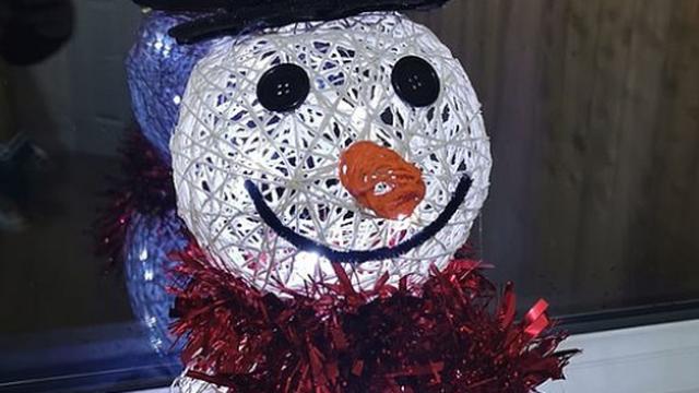 Kako napraviti snjegovića: S 2 balona, štrikom i s lampicama