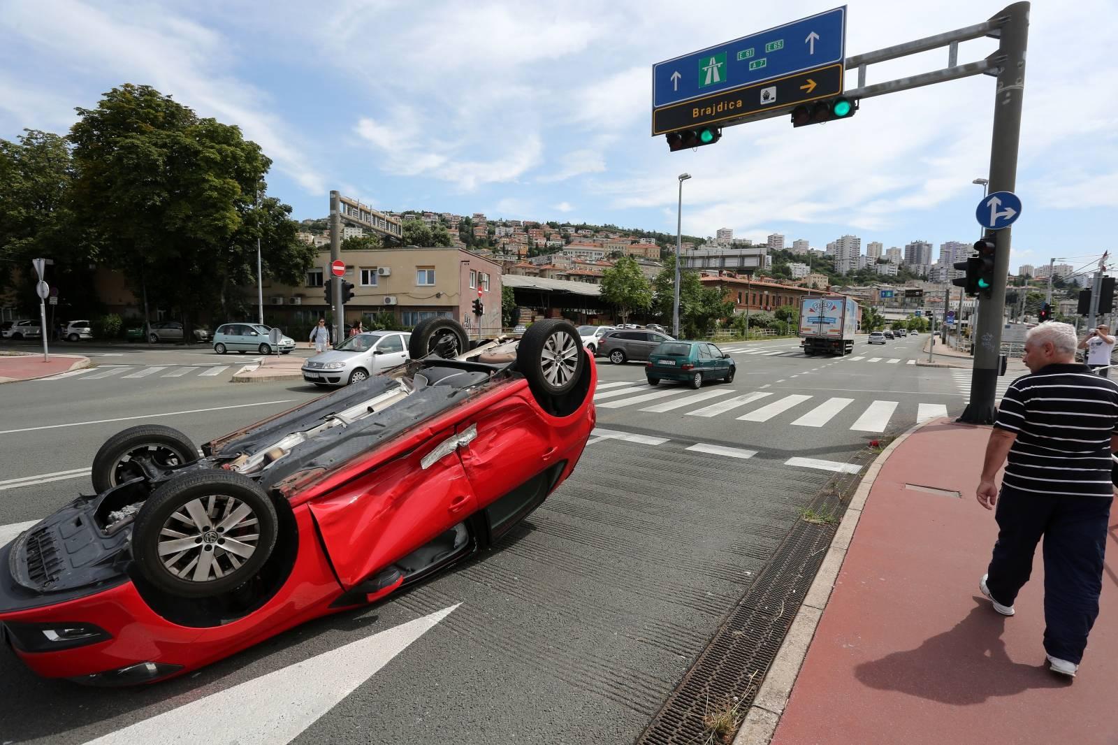 Rijeka: U sudaru dva osobna automobila jedan završio na krovu