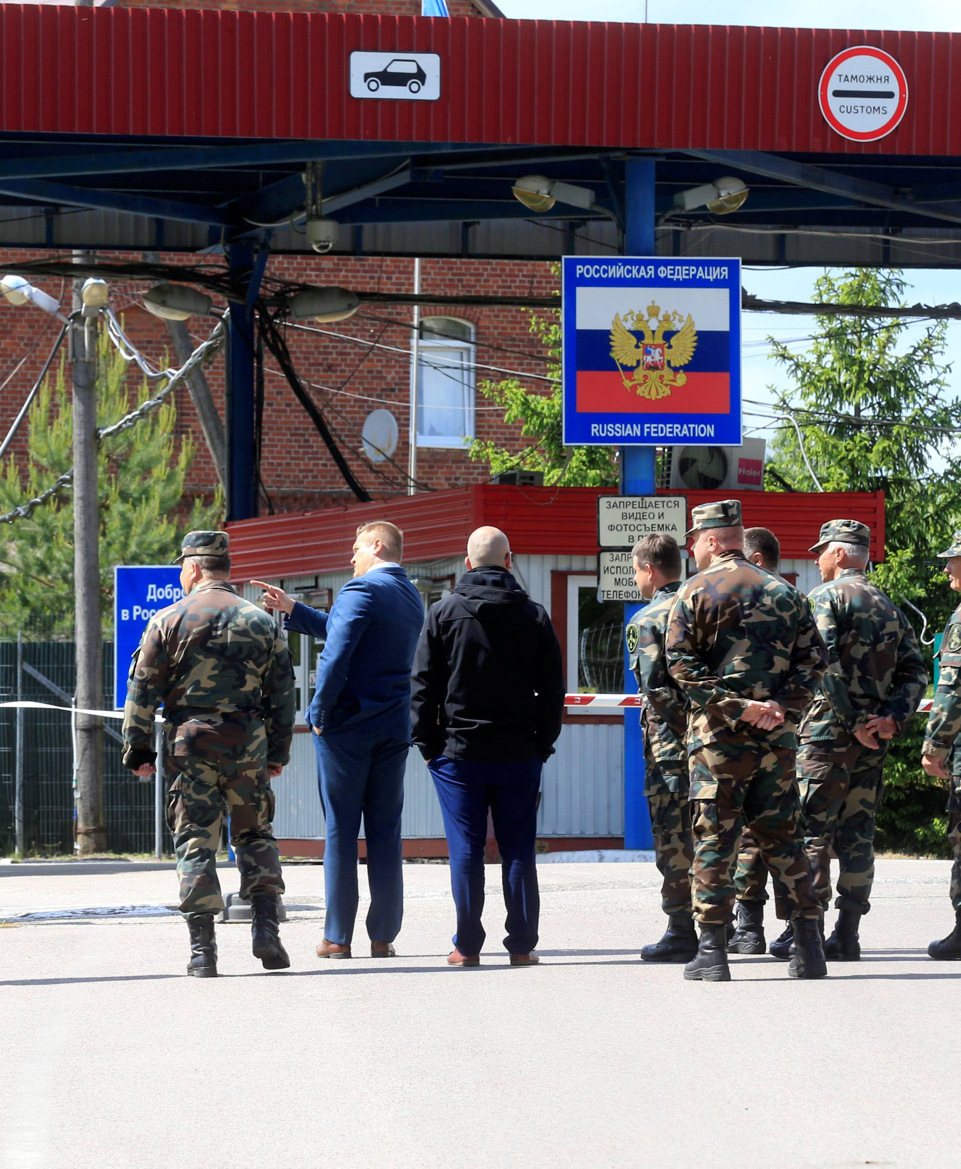 Lithuanian Interior Minister Misiunas and border guard officials inspect Sudargas border crossing point with Russia in Ramoniskiai