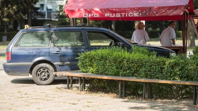 Zagreb: Nakon sudara automobil odbačen na nogostup naletio na majku s djetetom u Travnom