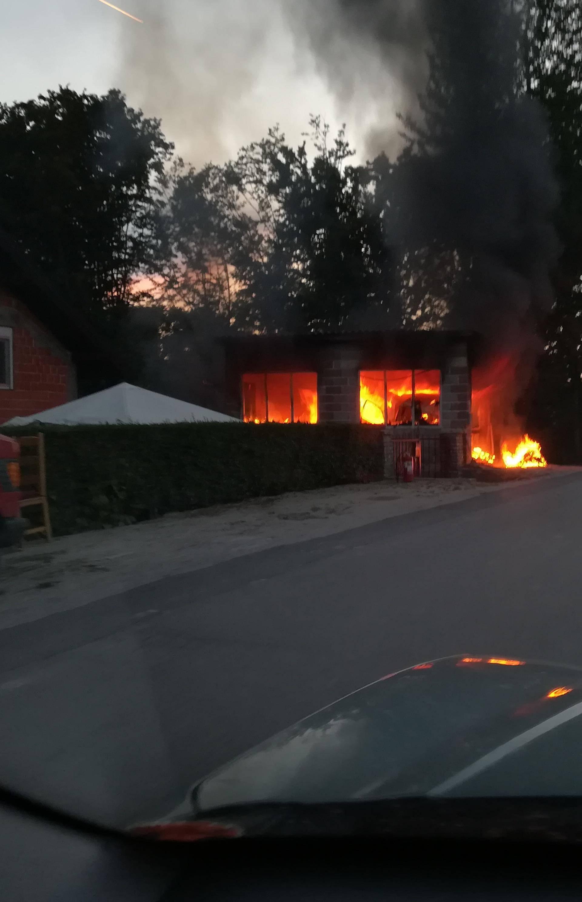 Zapalila se garaža u Rakovom potoku: Nitko nije ozlijeđen...