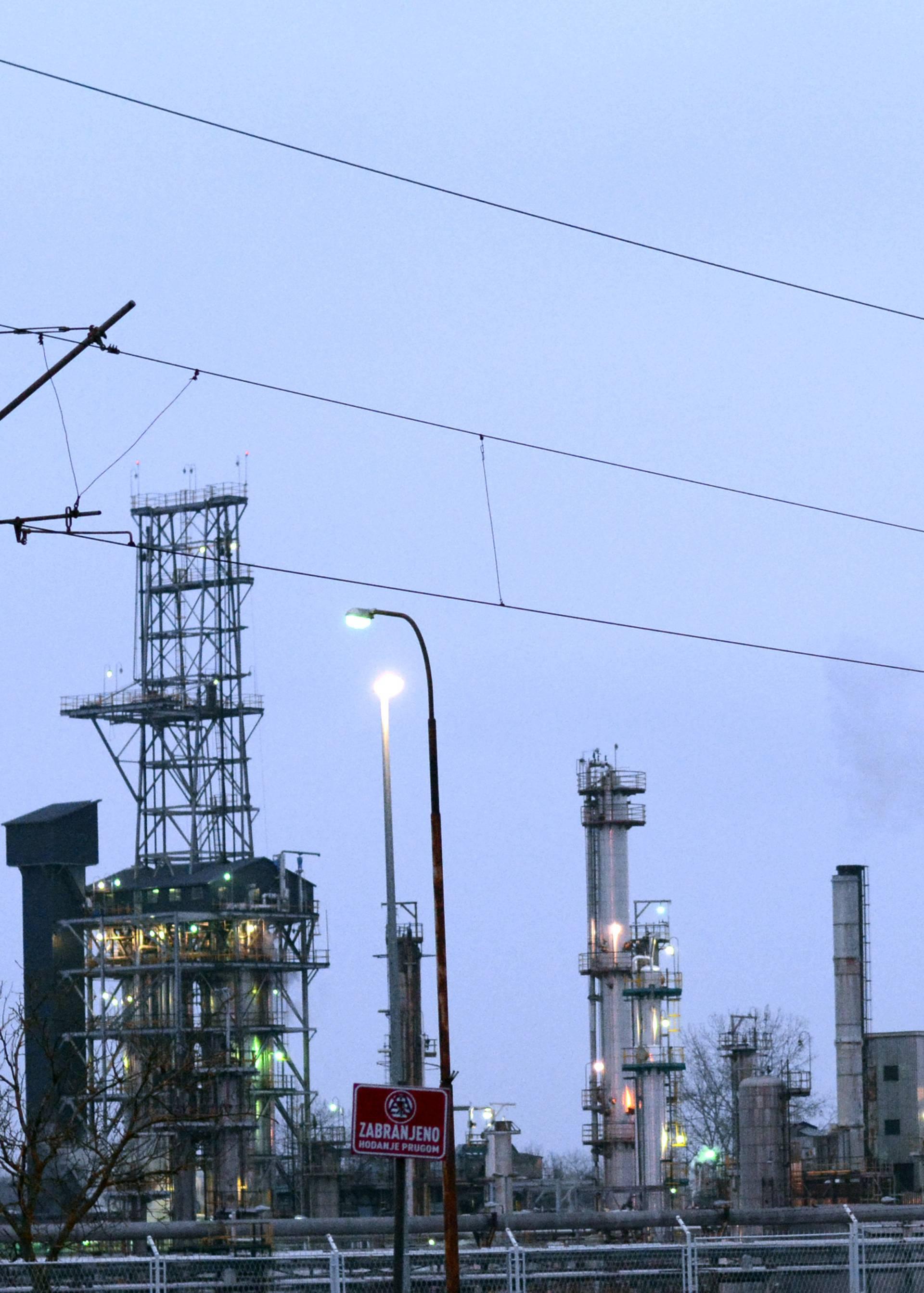 Sisačka Rafinerija u sumrak