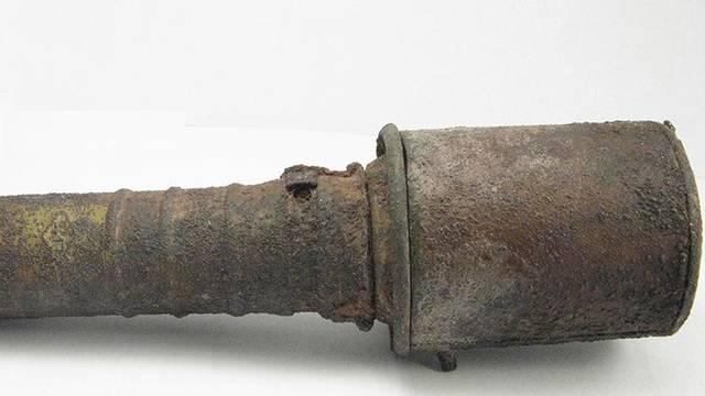 Punih 25 godina razbijao orahe sa jednom - ručnom bombom!
