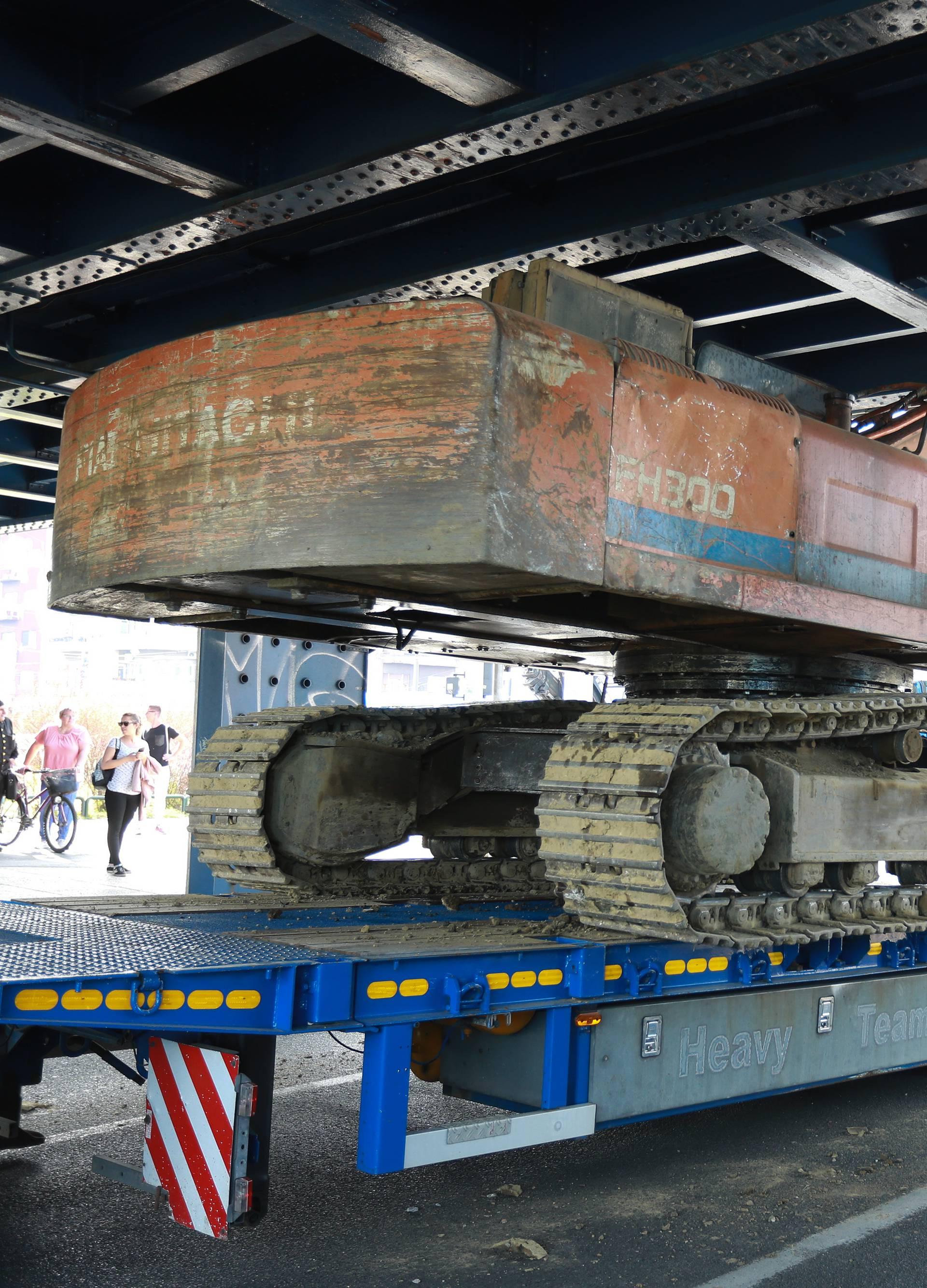 Kamion s bagerom zapeo za nadvožnjak na Držićevoj aveniji