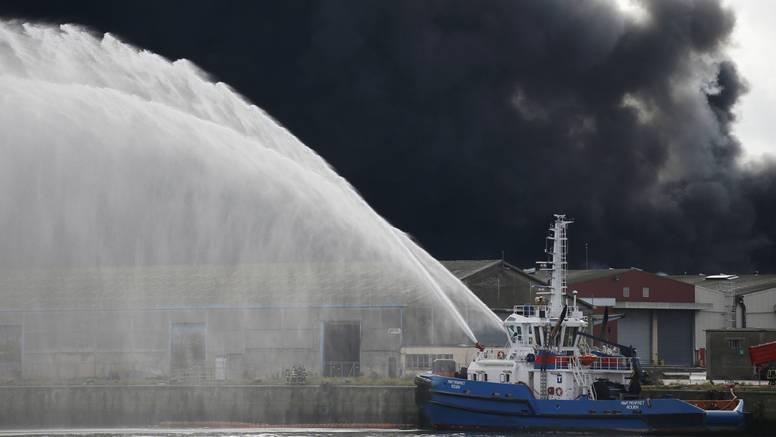 Veliki požar je u tvornici koja proizvodi specijalne kemikalije