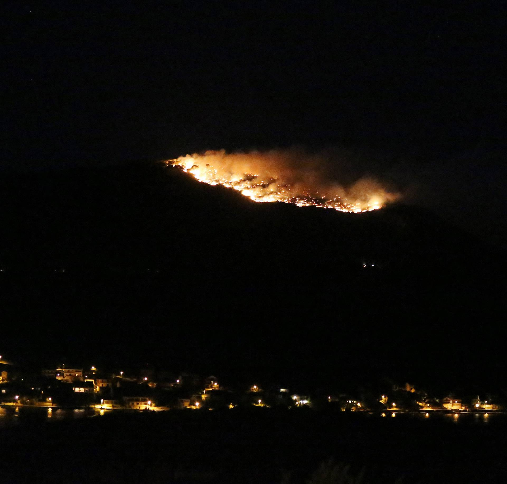 Borba s vatrom: Buknuo veliki šumski požar kod Primoštena