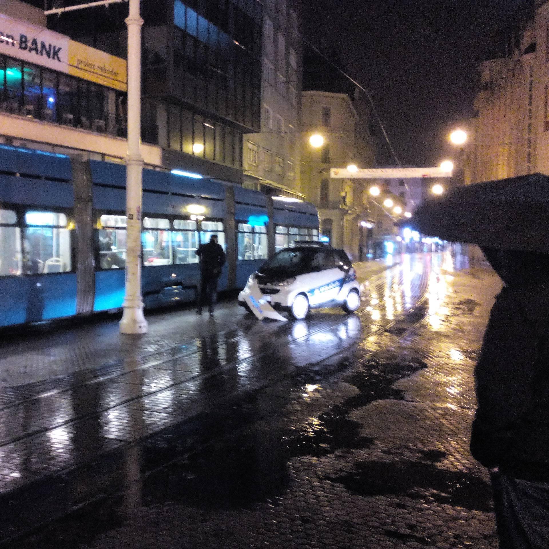 U centru Zagreba: Policijski Smart sudario se s tramvajem