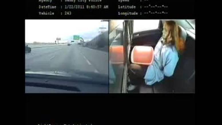 Pogledajte kako je kriminalac iskočio iz policijskog auta