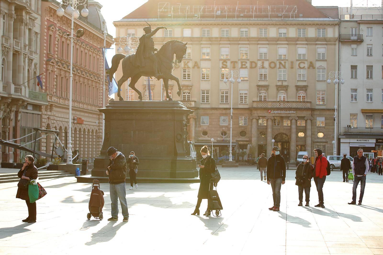 Zagreb: Za kupovinu na Dolcu čeka se u kilometarskoj koloni