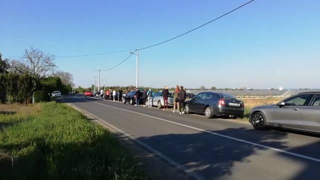 Prizor zbunio vozače: Kupci jagoda formirali 500 m dug red
