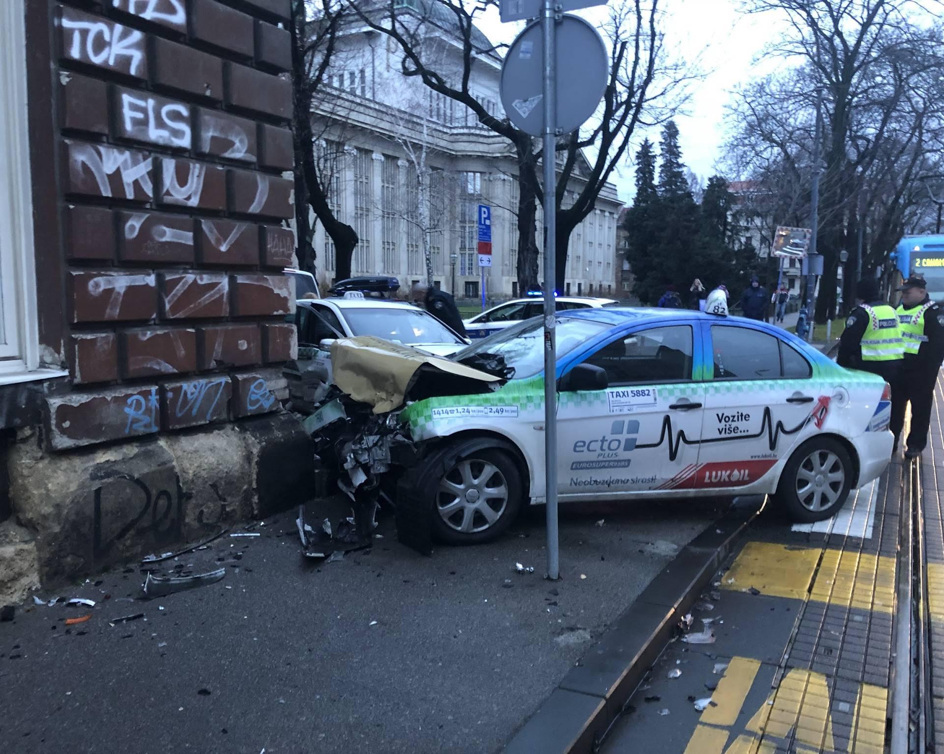 Krš i lom u Zagrebu: U sudaru dva taksija pet ljudi ozlijeđeno