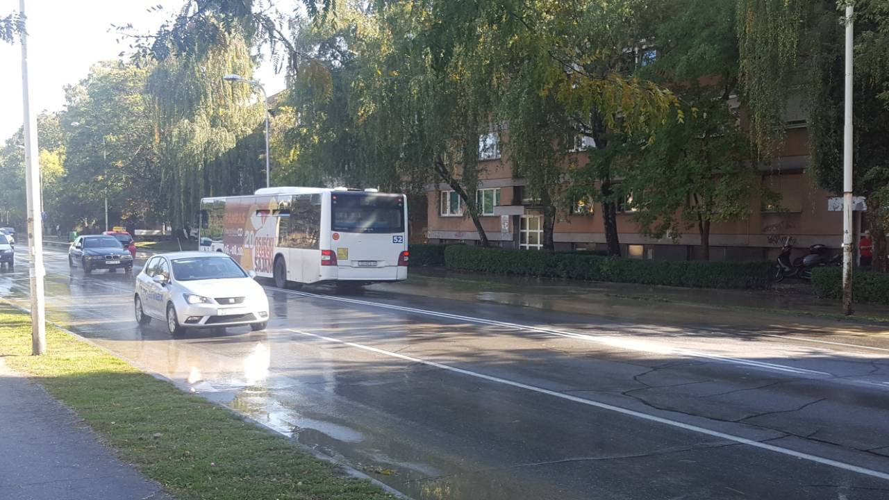 Pukla maigstralna vodovodna cijev i poplavila Vukovarsku