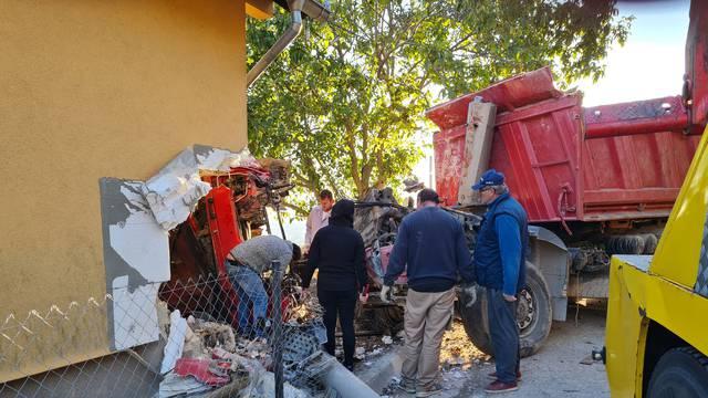 Strava na Kalniku: Kamion se prevrnuo i zabio u zid kuće