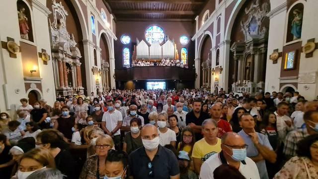 Kiša pokvarila mjere u Sinju: Misa u crkvi, rijetki s maskom