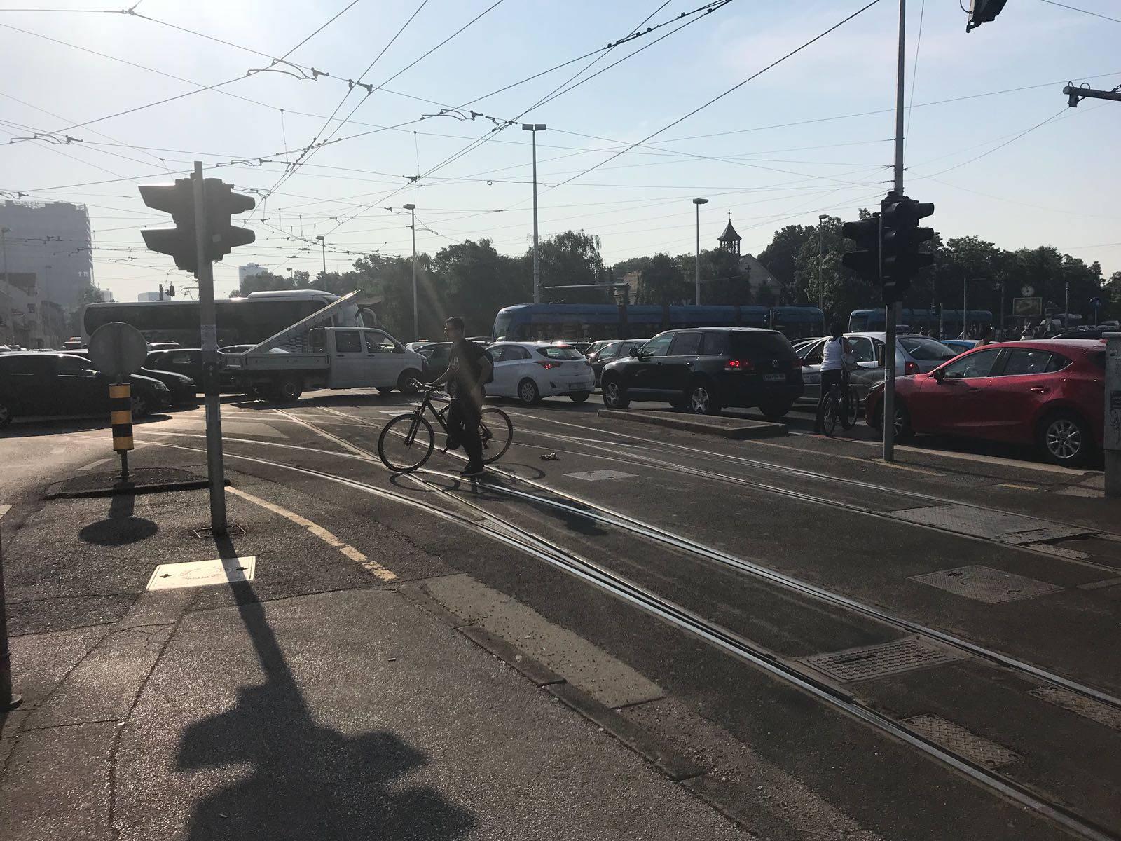 Opet su 'zarobljeni' u prometu: 'Nismo se pomaknuli pola sata'