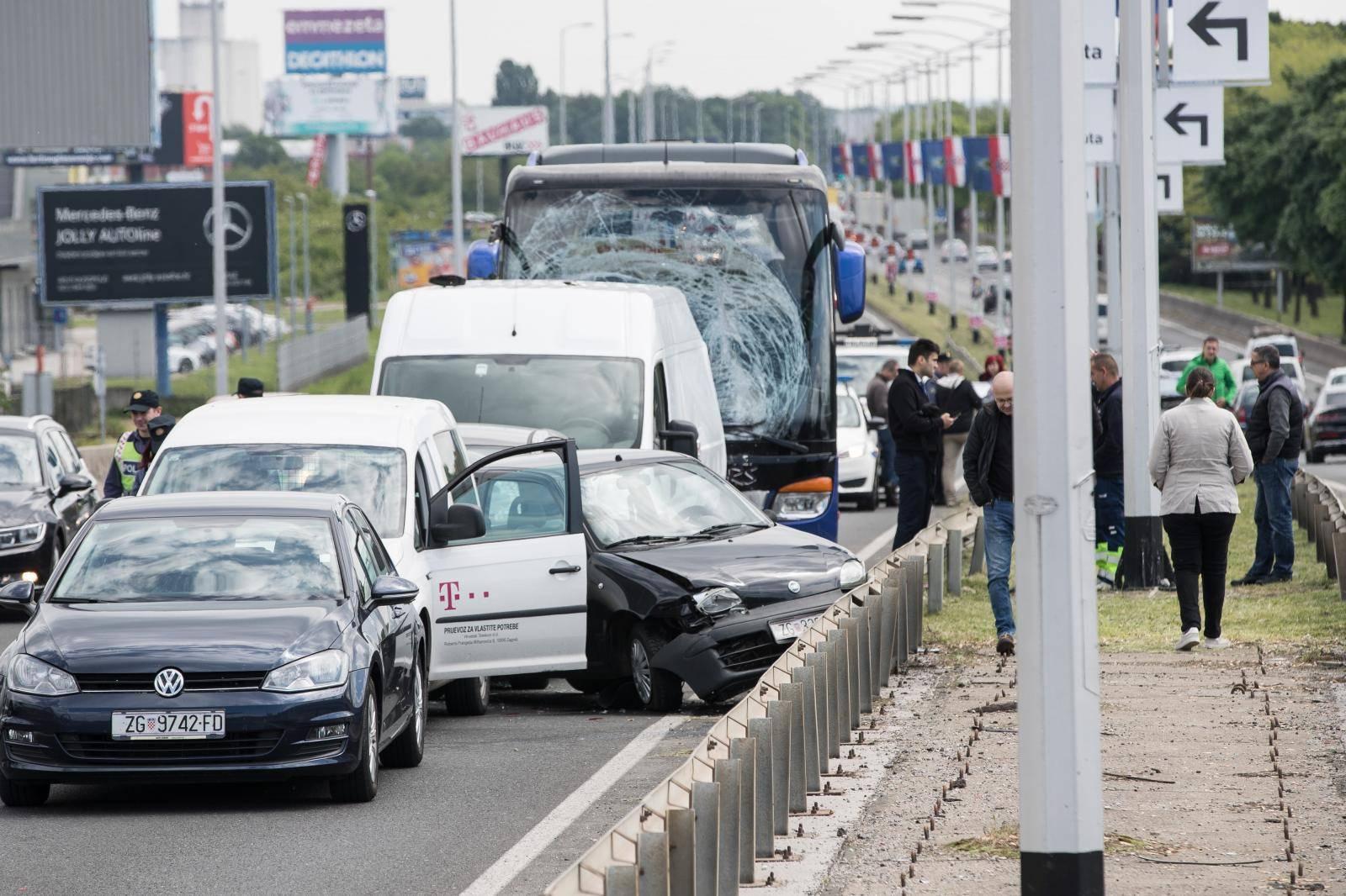 Zagreb: U lančanom sudaru na Slavonskoj aveniji sudjelovali autobus, kombi i više osobnih vozila