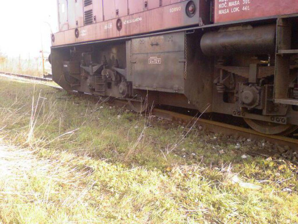 Sl. Brod: U industrijskoj zoni lokomotiva ispala iz tračnica