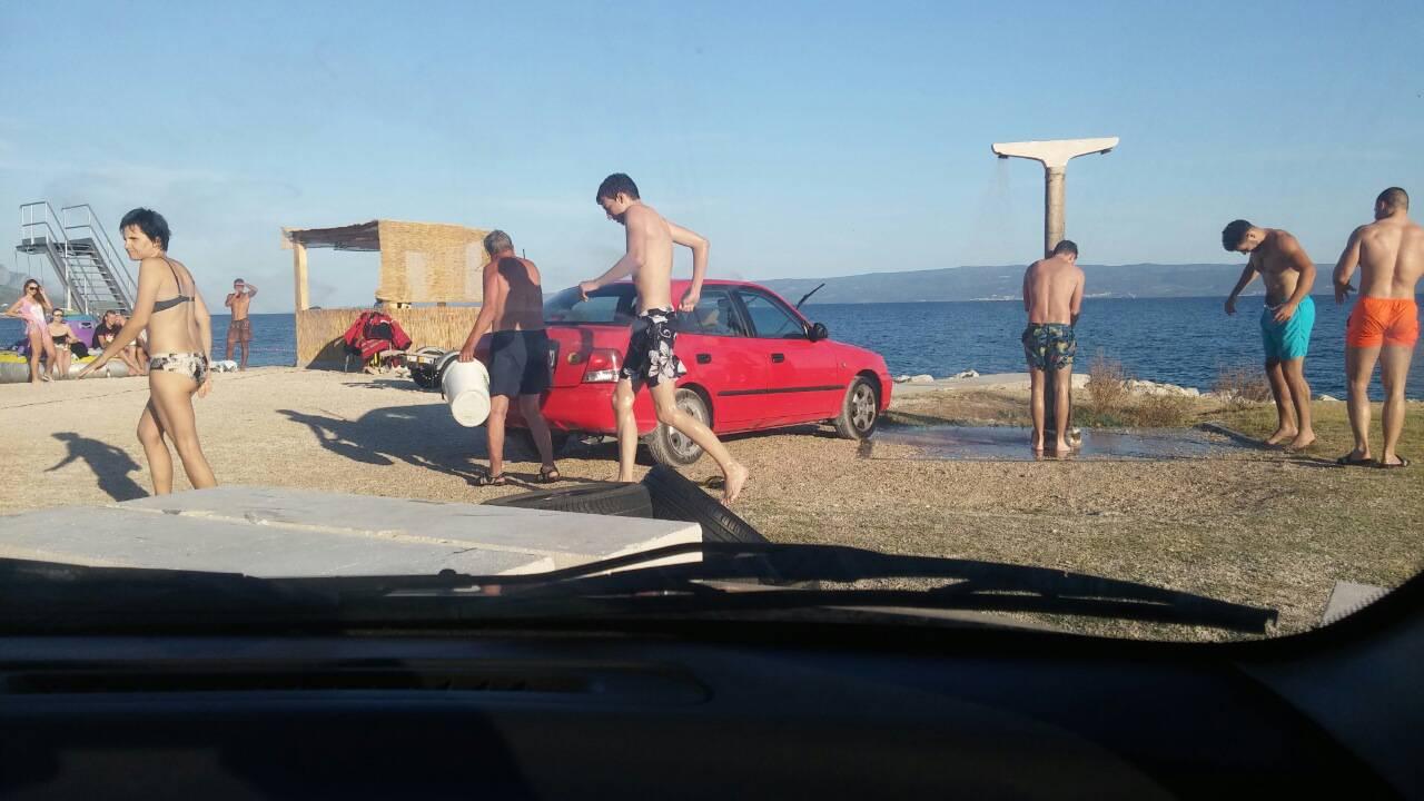 'Gledam čovjeka koji pere auto na plaži i ne mogu vjerovati...'