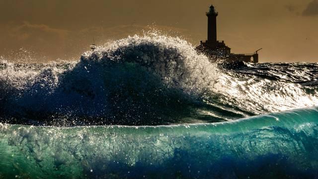 Premantura: Na rtu Kamjenjak veliko jugo dizalo je more i stvaralo pozamšne valove