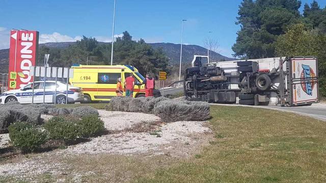 Cres: Kamion se prevrnuo u  kružnom toku kod Plodina...