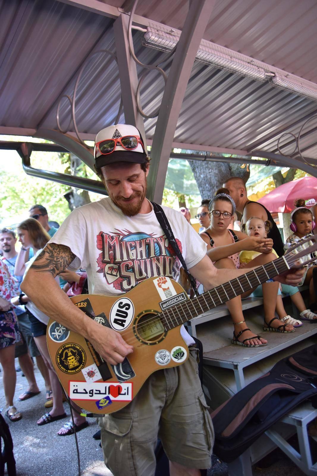 Pula: Dubioza Kolektiv pocčstila je građane i turiste svirkom u centru grada