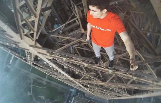 Ludost koja ledi krv: Ilegalno su se popeli na Eiffelov toranj