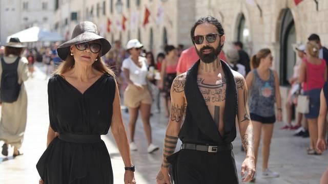 Đurđa Tedeschi i Vrećo u istim haljinama šetali su Stradunom