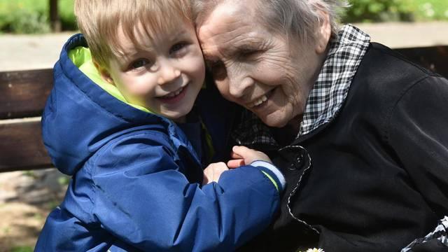 Nerazdvojni su: Mariji (82) je Jan (4) uljepšao život u domu