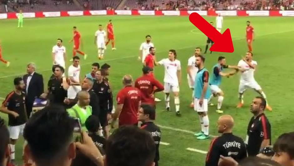 Totalni kaos! Kapetan Turske prijetio da će zaklati navijače