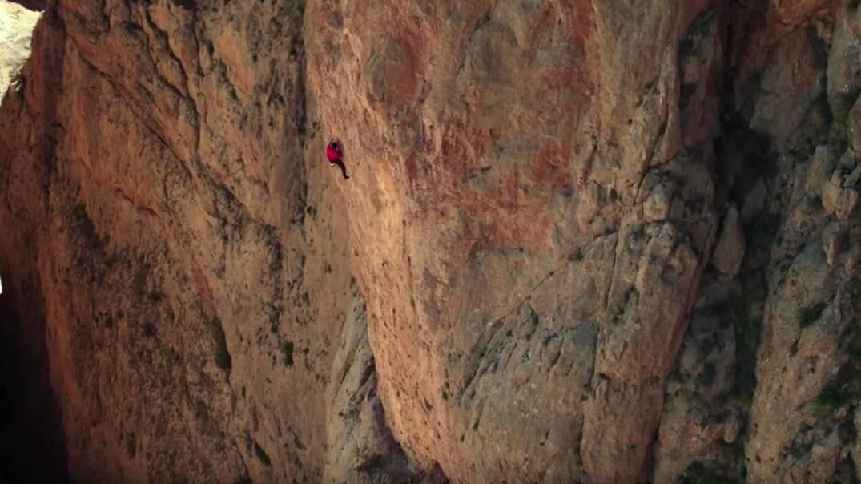 Snimka koja oduzima dah: Bez opreme se popeo na vrh stijene
