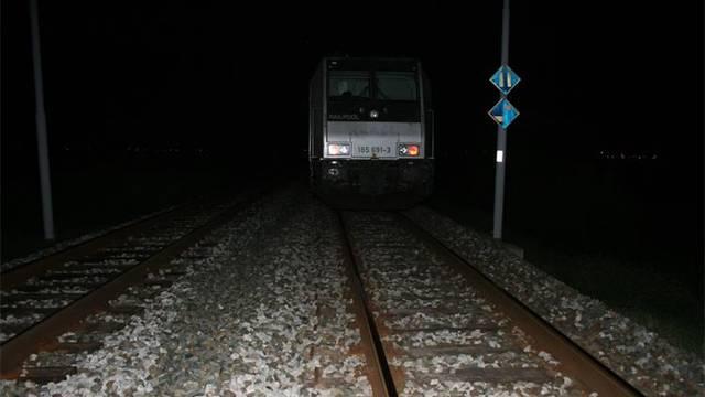 Djevojčica je prelazila prugu kad je naišao vlak. Sat vremena su je pokušavali oživjeti