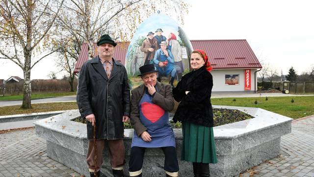 Sigetec: U selu gdje su se snimali popularni Gruntovčani postavljena pisanica s njihovim likovima