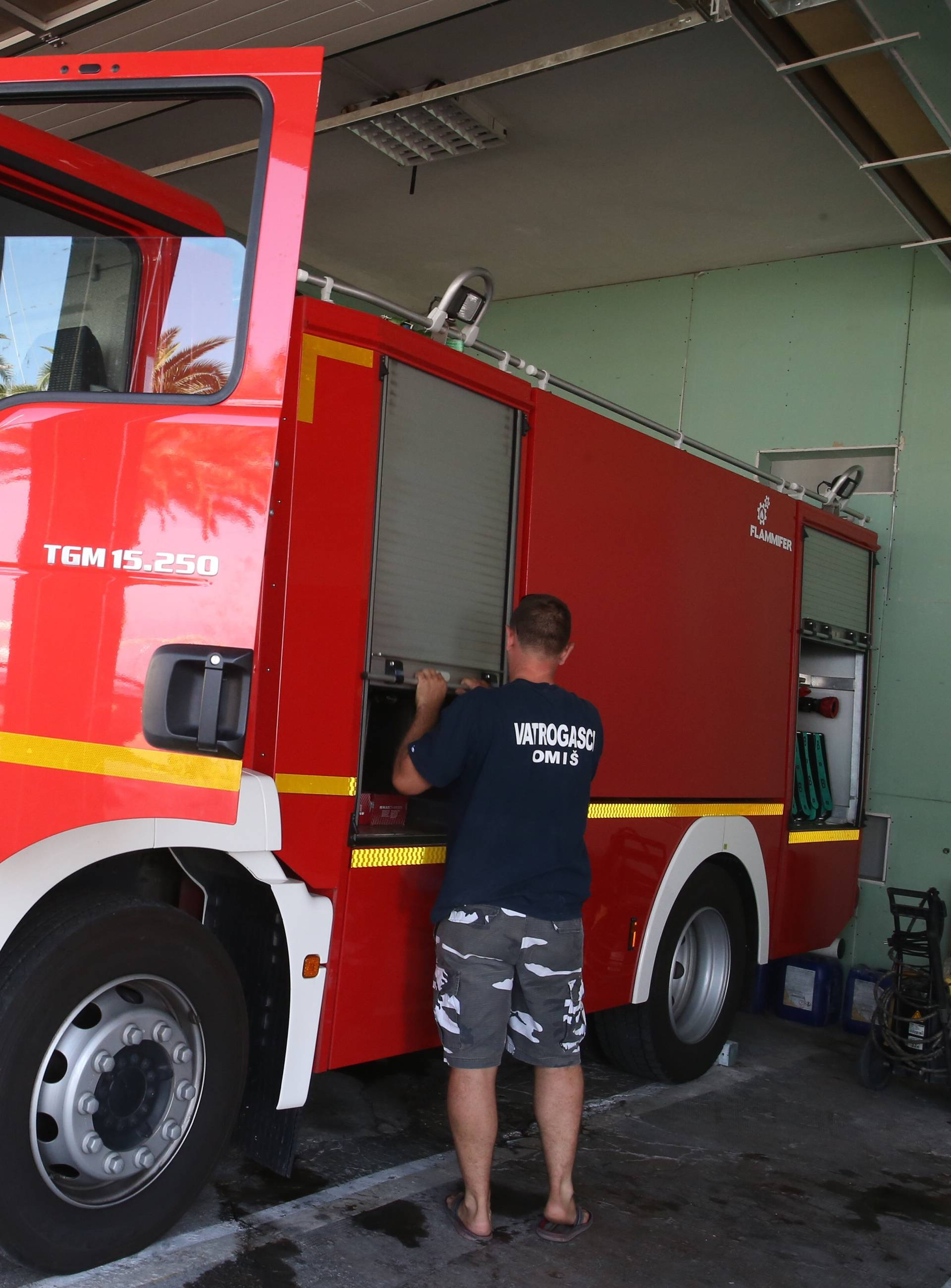 Omiš: Vlada RH donirala dva vatrogasna vozila DVD-u nakon što su njihova izgorjela u požaru