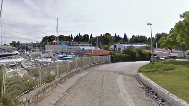 Užas u Splitu: Šipkom zatukao mačića i htio ga baciti u more