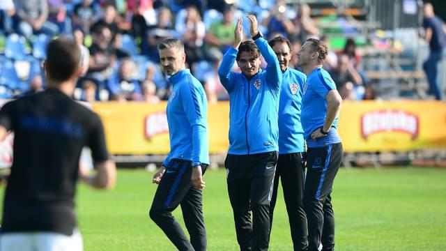 Bjelovar: Zagrijavanje uoči početka utakmice NK Bjelovar - hrvatska nogometna reprezentacija