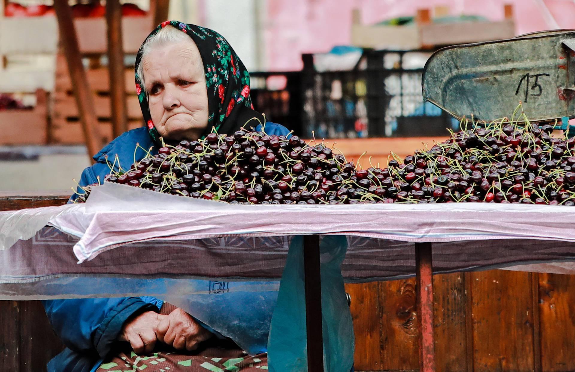 Zagreb: Zamišljeno i tužno lice prodavačice na popularnoj tržnici Britanac